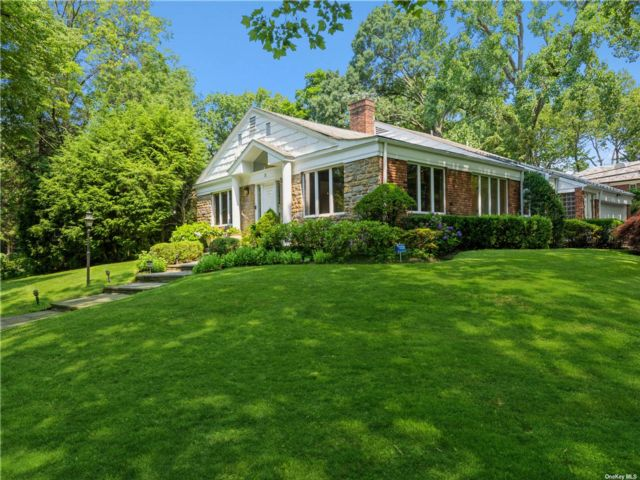 4 BR,  3.00 BTH Contemporary style home in Great Neck