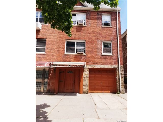 6 BR,  3.00 BTH Contemporary style home in Jackson Heights