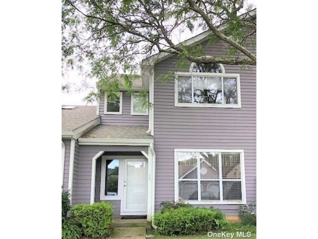 3 BR,  3.00 BTH Townhouse style home in Middle Island