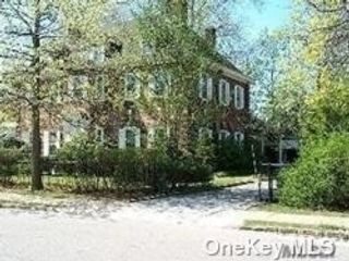 7 BR,  5.00 BTH Colonial style home in Great Neck