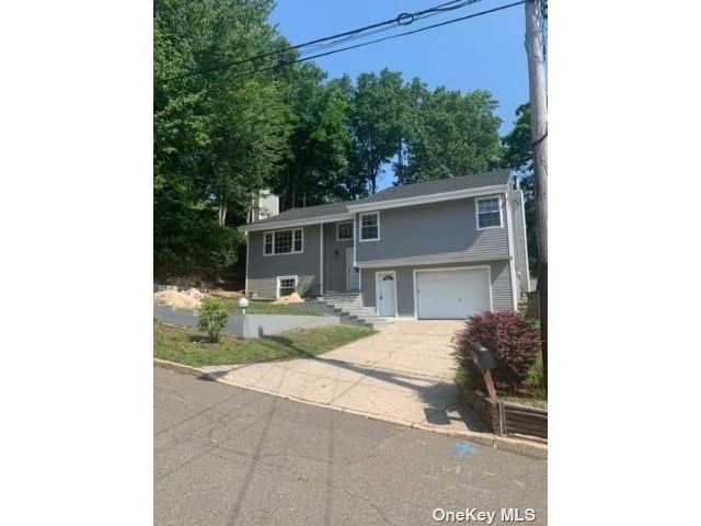 5 BR,  3.00 BTH Hi ranch style home in Huntington Station