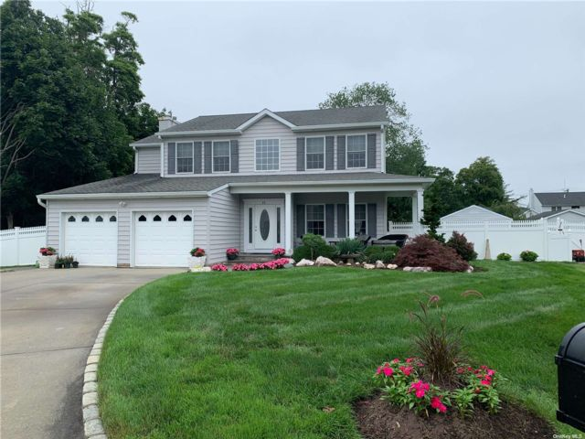 4 BR,  4.00 BTH Colonial style home in Islip