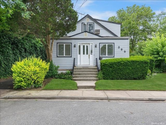 5 BR,  2.00 BTH Colonial style home in Hewlett
