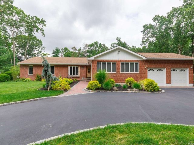 4 BR,  4.00 BTH Exp ranch style home in Smithtown