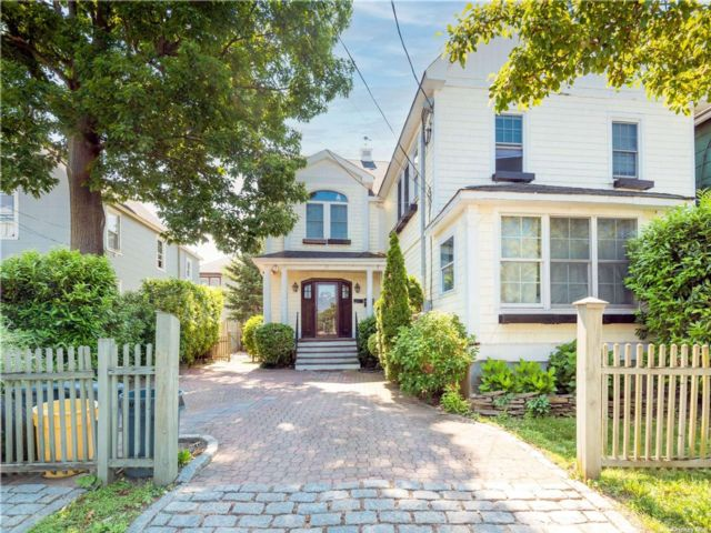 6 BR,  4.00 BTH Duplex style home in Oyster Bay