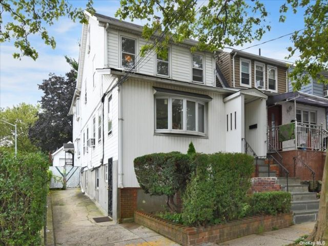 5 BR,  4.00 BTH Other style home in Flushing