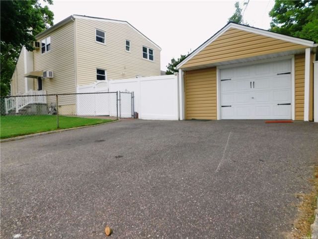 5 BR,  2.00 BTH Exp cape style home in Lindenhurst