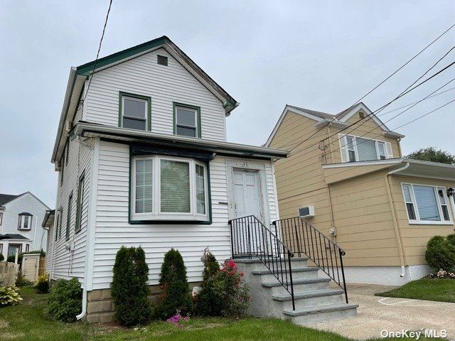 3 BR,  2.00 BTH Colonial style home in East Rockaway