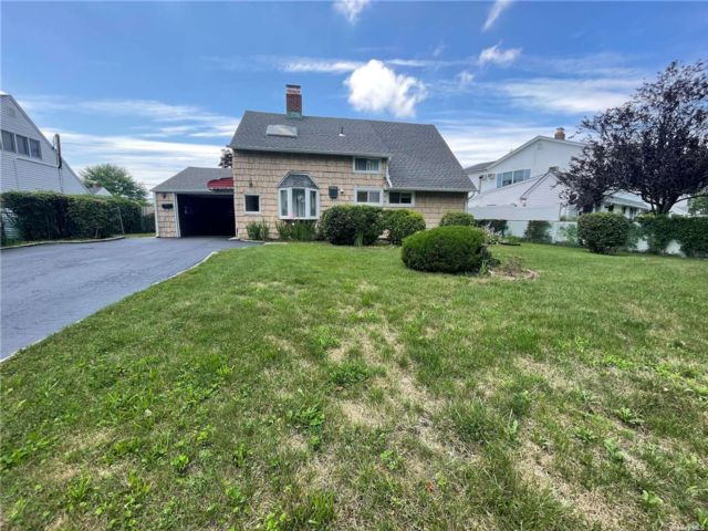 4 BR,  3.00 BTH 2 story style home in Hicksville