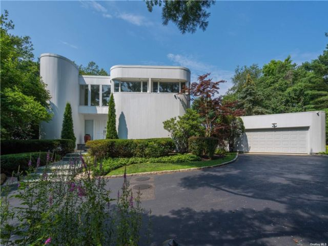 5 BR,  4.00 BTH Contemporary style home in Oyster Bay Cove