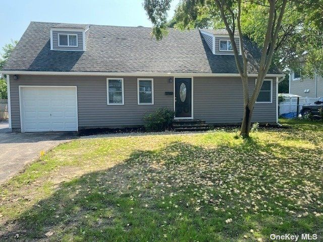 4 BR,  2.00 BTH Exp cape style home in Bayport