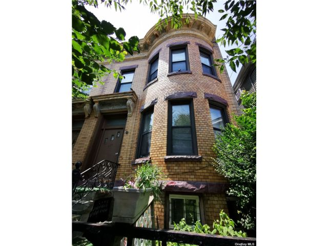 6 BR,  3.00 BTH 2 story style home in Woodhaven