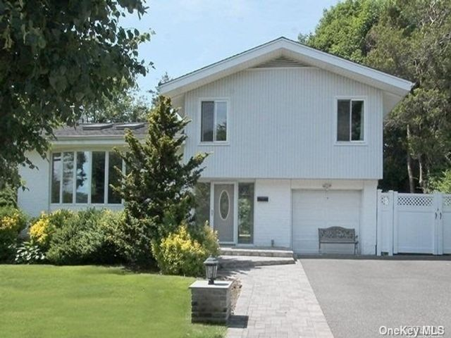 4 BR,  2.00 BTH Split level style home in Jericho