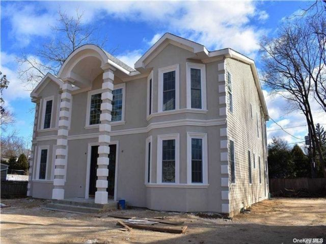 5 BR,  4.00 BTH Colonial style home in Old Bethpage