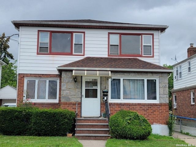 6 BR,  2.00 BTH Colonial style home in Queens Village