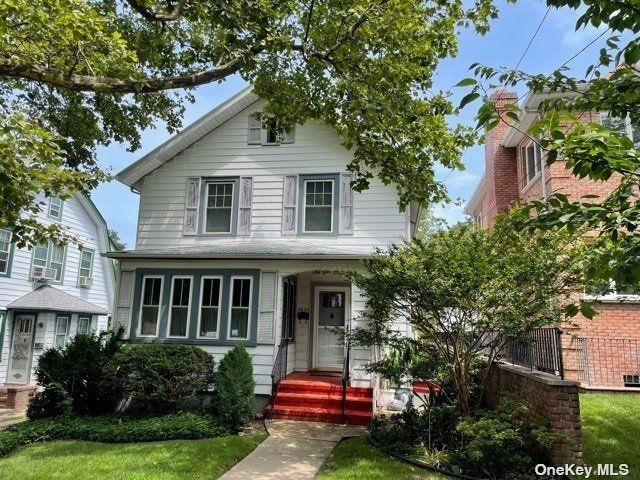 2 BR,  2.00 BTH Colonial style home in Whitestone
