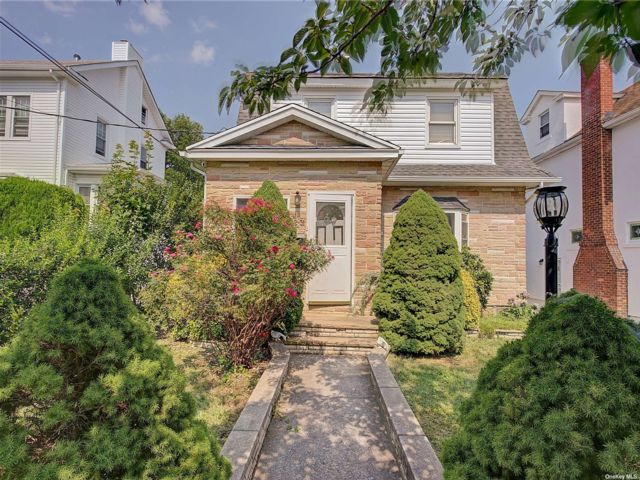 4 BR,  5.00 BTH Colonial style home in Bayside