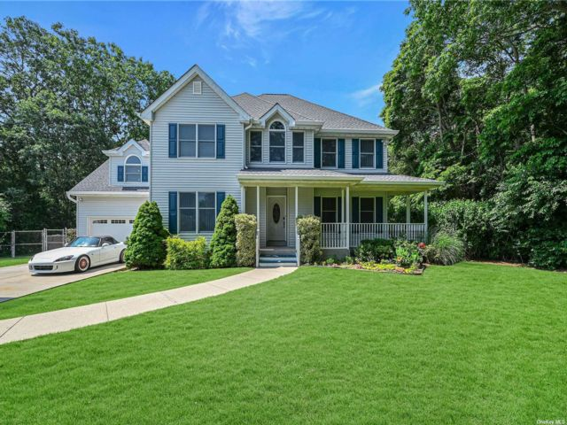 5 BR,  5.00 BTH Colonial style home in Sayville