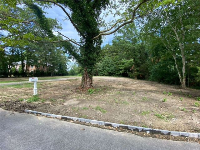Lot <b>Size:</b> 157 x 311 Land style home in Old Brookville