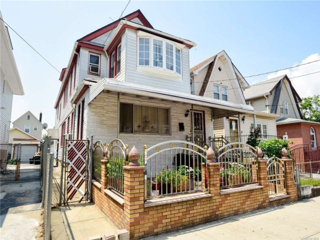 6 BR,  3.00 BTH Colonial style home in Richmond Hill