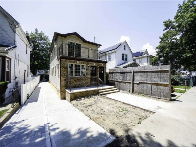 5 BR,  5.00 BTH Colonial style home in St. Albans