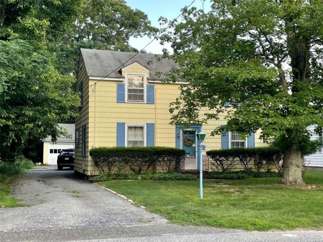 3 BR,  2.00 BTH Colonial style home in East Islip