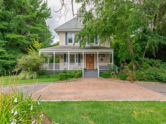 4 BR,  4.00 BTH Colonial style home in Amityville