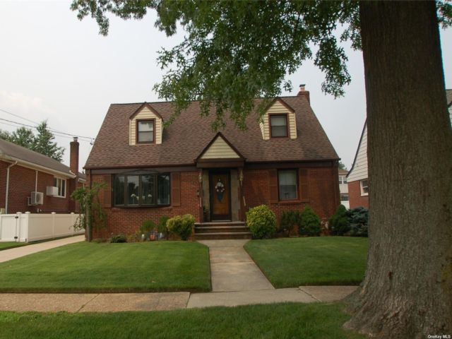 4 BR,  2.00 BTH Exp cape style home in New Hyde Park