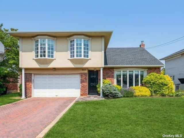 6 BR,  4.00 BTH Split level style home in Woodmere