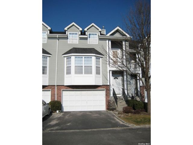 3 BR,  4.00 BTH Townhouse style home in Smithtown