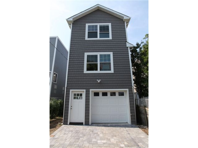 3 BR,  3.00 BTH Contemporary style home in Seaford