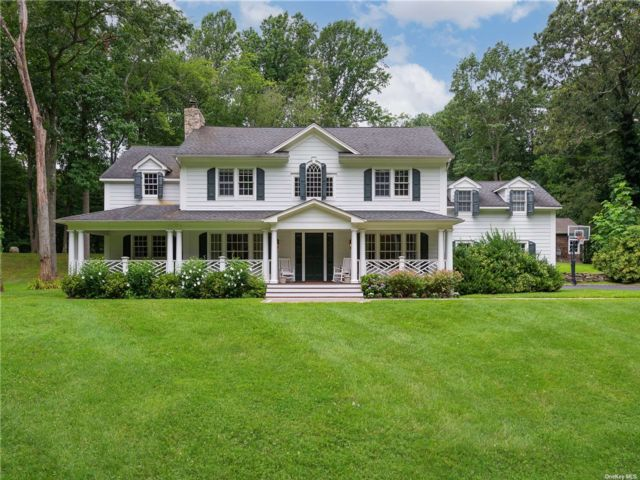 6 BR,  7.00 BTH Colonial style home in Muttontown