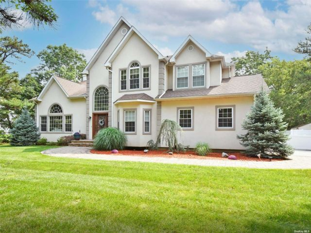 4 BR,  4.00 BTH Colonial style home in Medford