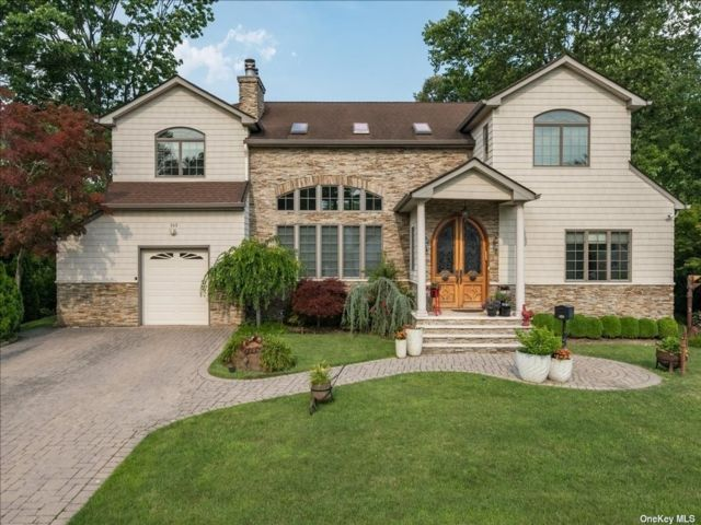 4 BR,  5.00 BTH Colonial style home in East Hills