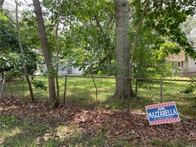 Lot <b>Size:</b> 80x100 Land style home in Yaphank
