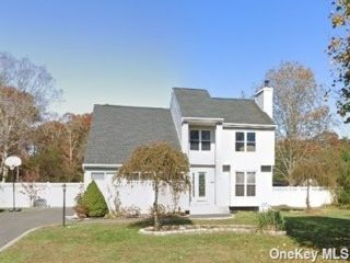 4 BR,  3.00 BTH Contemporary style home in Yaphank