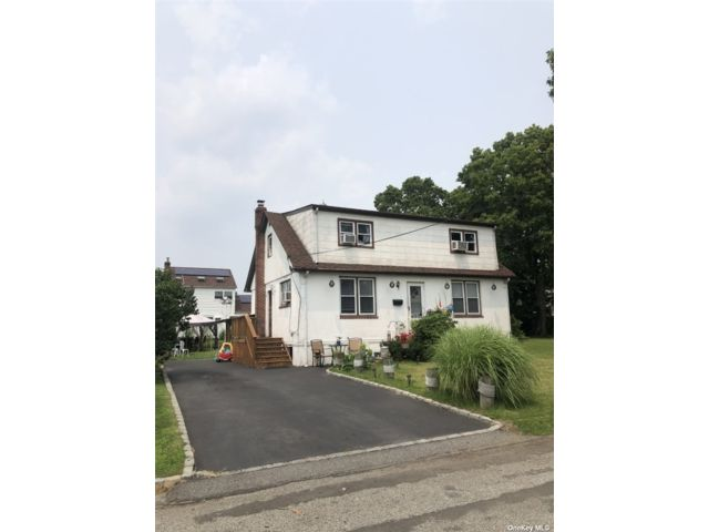 5 BR,  2.00 BTH Cape style home in Copiague