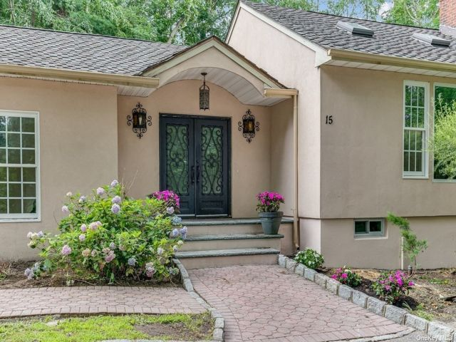 4 BR,  3.00 BTH Exp ranch style home in Smithtown