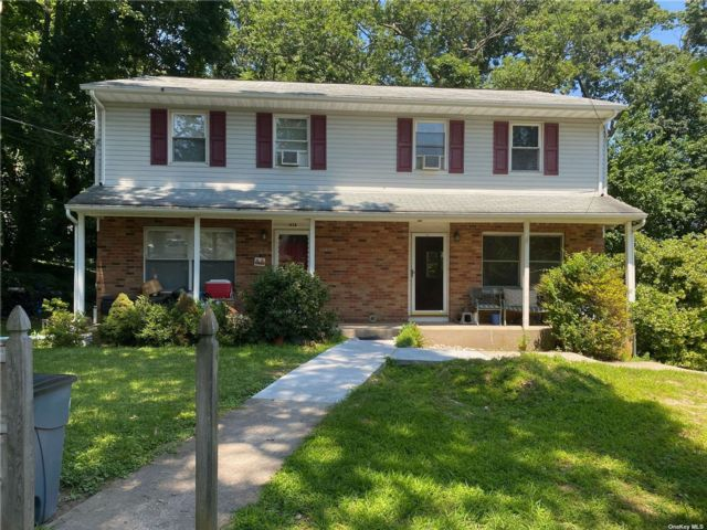 3 BR,  2.00 BTH Duplex style home in East Northport