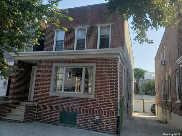 7 BR,  3.00 BTH 2 story style home in Astoria