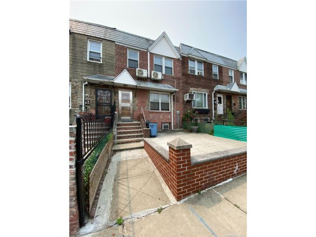 3 BR,  2.00 BTH Townhouse style home in Maspeth