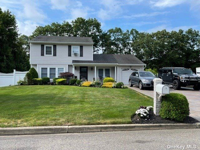 3 BR,  2.00 BTH Colonial style home in Middle Island