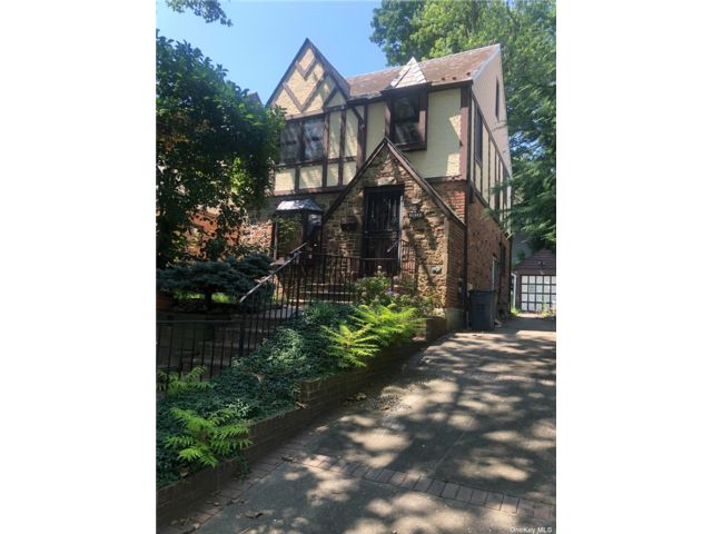 3 BR,  2.00 BTH Colonial style home in Douglaston