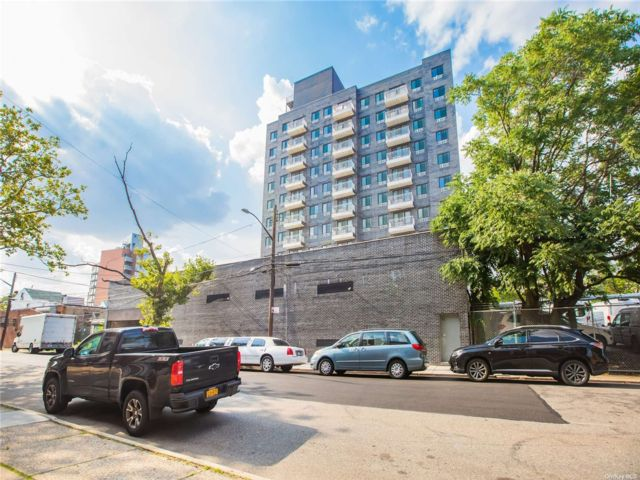 2 BR,  2.00 BTH High rise style home in Woodside