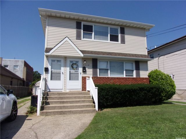 3 BR,  2.00 BTH Duplex style home in Merrick