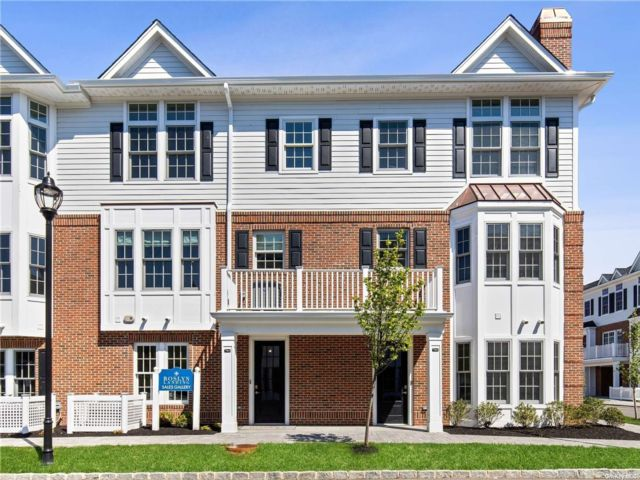 4 BR,  4.00 BTH Townhouse style home in Roslyn