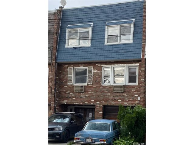 6 BR,  3.00 BTH Colonial style home in Bayside