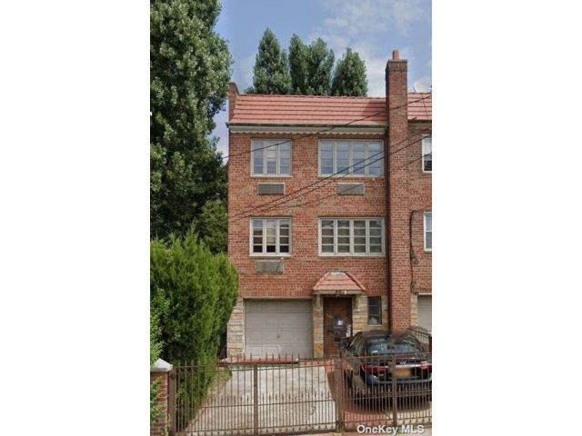 4 BR,  3.00 BTH Colonial style home in Jackson Heights