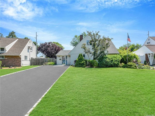 4 BR,  1.00 BTH 2 story style home in Hicksville