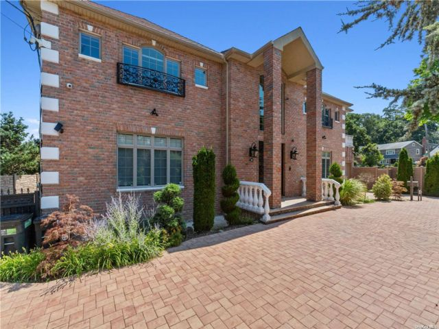 5 BR,  5.00 BTH Colonial style home in Holliswood